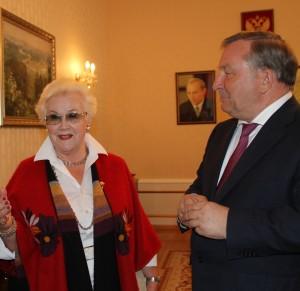 Губернатор вручил медаль диктору Анне Шатиловой