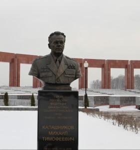 Цветы к памятнику Михаилу Калашникову
