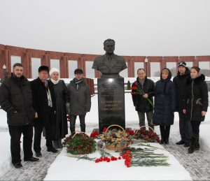 Цветы на могилу М.Т. Калашникова