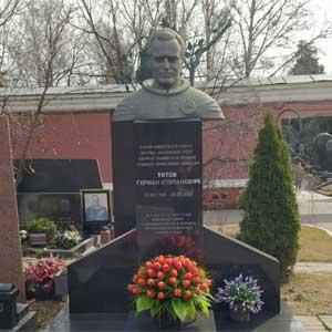 Возложение цветов на могилу второго космонавта планеты Германа Титова